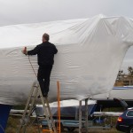 Ripack beim Schrumpfverpacken von einem Boot